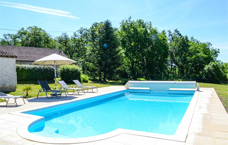Stunning home in Gindou with Outdoor swimming pool and 2 Bedrooms (FML041), holiday rental in Montclera