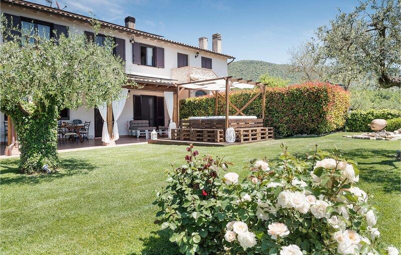 Nice home in Massa Martana with WiFi, Outdoor swimming pool and 3 Bedrooms (IUP9, casa vacanza a Massa Martana