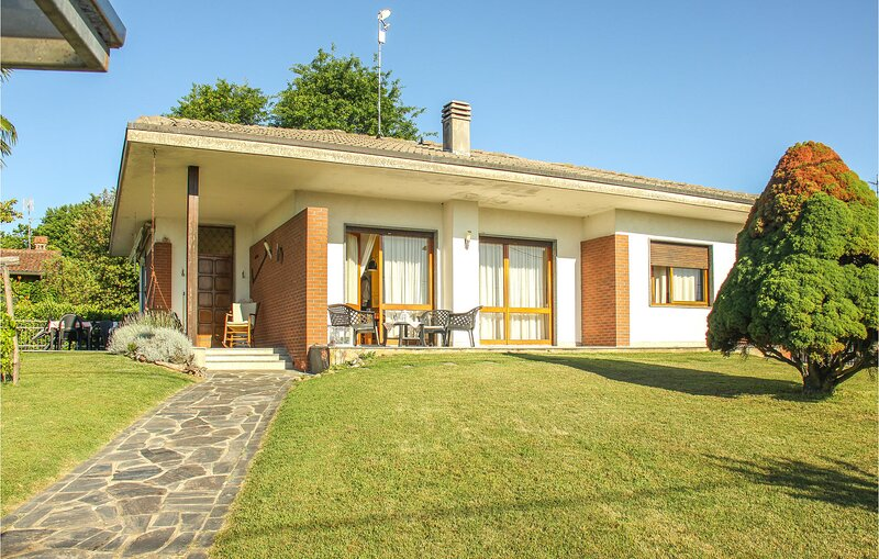 Stunning home in Agrate Conturbia with WiFi and 3 Bedrooms (IVM219), casa vacanza a Agrate Conturbia
