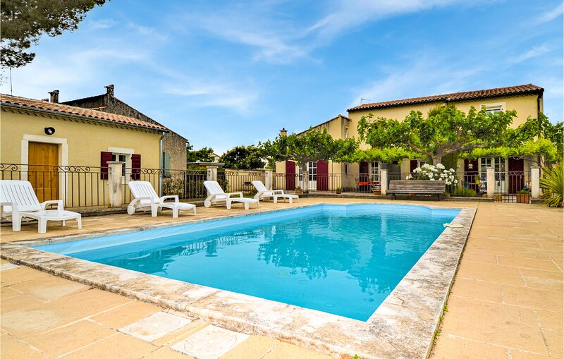 Amazing home in Maillane with Outdoor swimming pool, WiFi and 6 Bedrooms (FPB438, holiday rental in Maillane