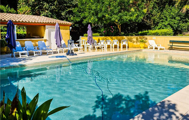 Beautiful home in Cazouls-lès-Béziers with Outdoor swimming pool, WiFi and 7 B, holiday rental in Lignan-sur-Orb