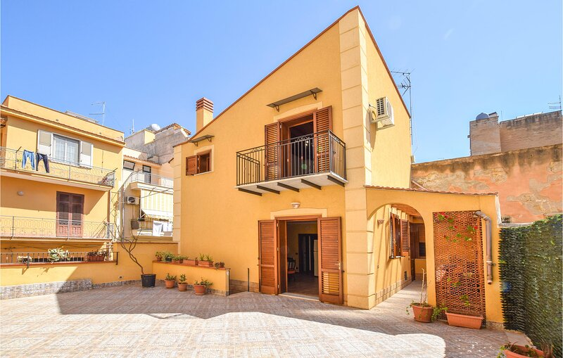 Beautiful home in Aspra with WiFi and 3 Bedrooms (ISP259), holiday rental in Ficarazzi