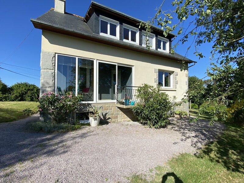 Jolie maison indépendante située à HENANSAL, vacation rental in Saint-Denoual