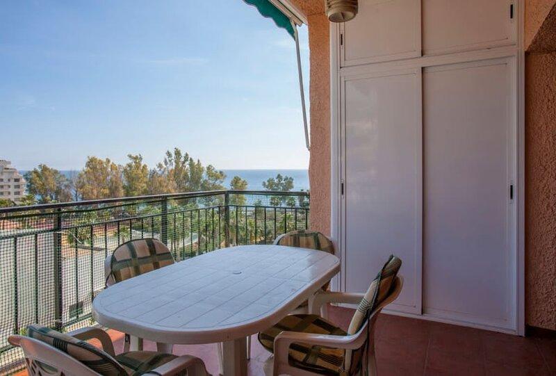 Bonito y luminoso apartamentoen la Plaza del Pozuelo con vistas al mar, holiday rental in Jete