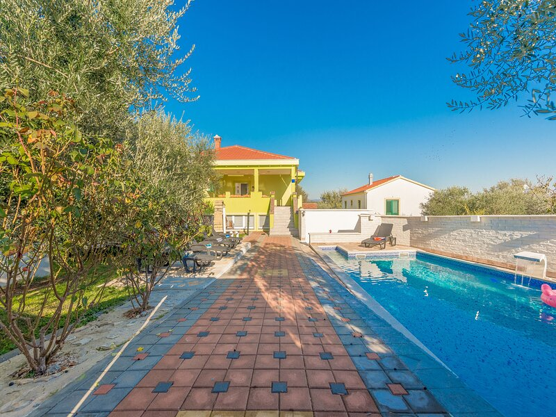 Villa DANIJEL-with pool on quiet location, holiday rental in Donje Raštane