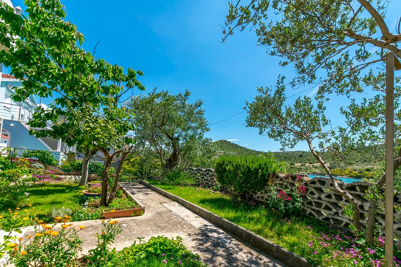 Apartments Garden by the sea, holiday rental in Podglavica