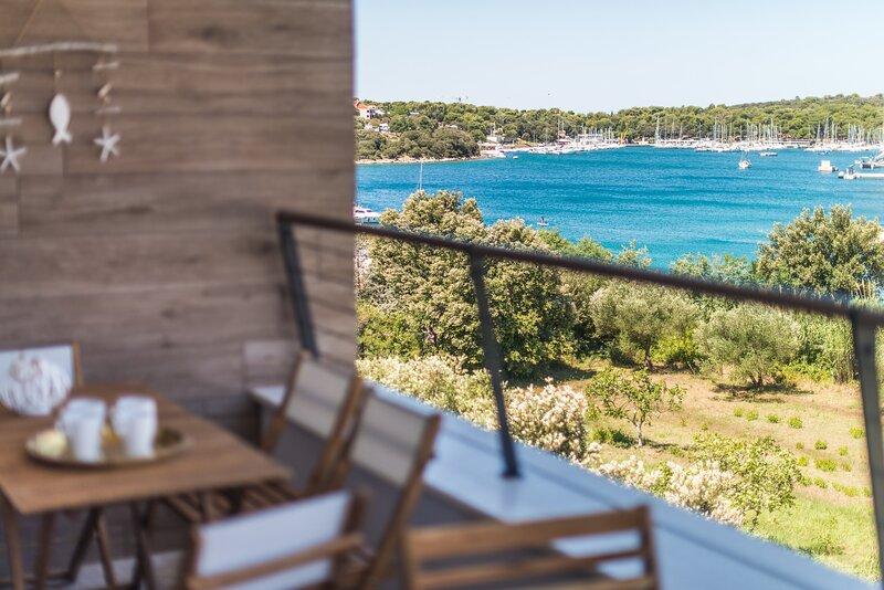 NEW, beautiful beachfront Apartment SUNSET VALA in Pješčana Uvala, Pula, Istria, holiday rental in Pjescana Uvala