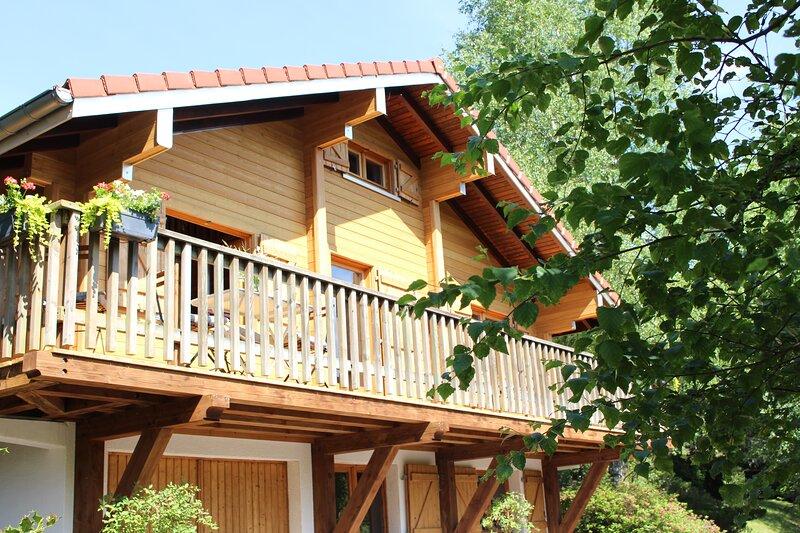 Véritable chalet cosy dans parc privé en montagne accueille 8 personnes, holiday rental in Bussang