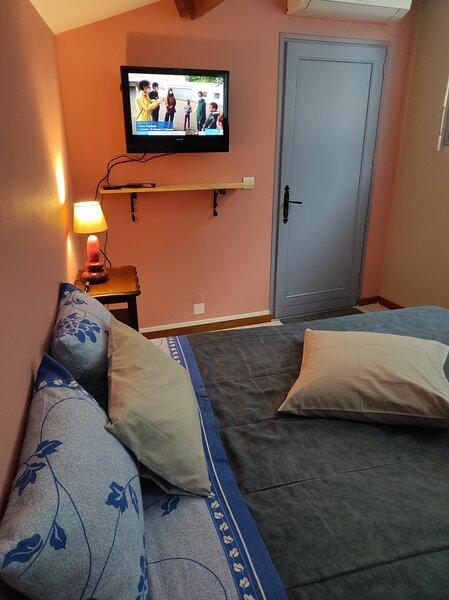 Chambre indépendante avec sdb privative, location de vacances à Uzer