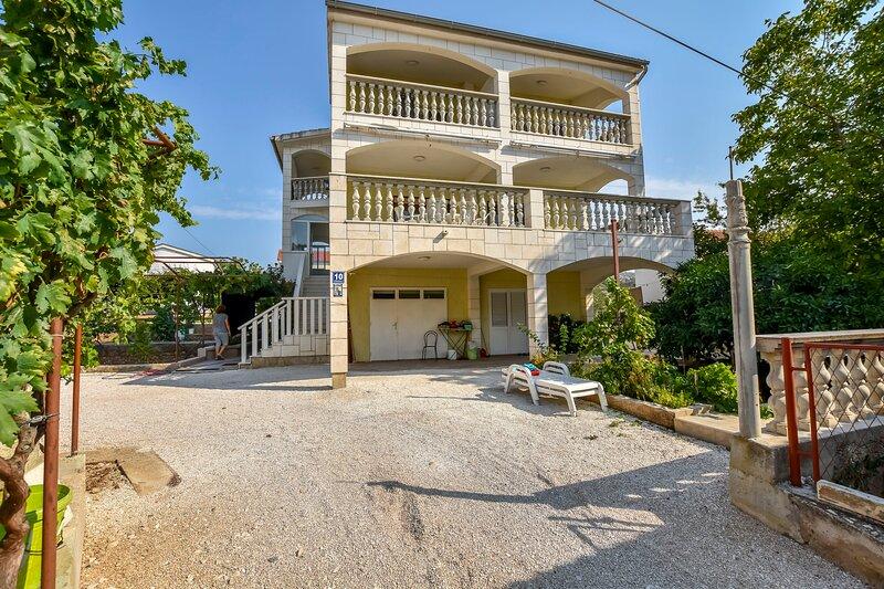 Apartments Jure, holiday rental in Podglavica