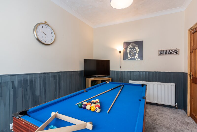 Modern 3BR home- Sky Q, Xbox, Pool Table and Disney+, holiday rental in Wokingham
