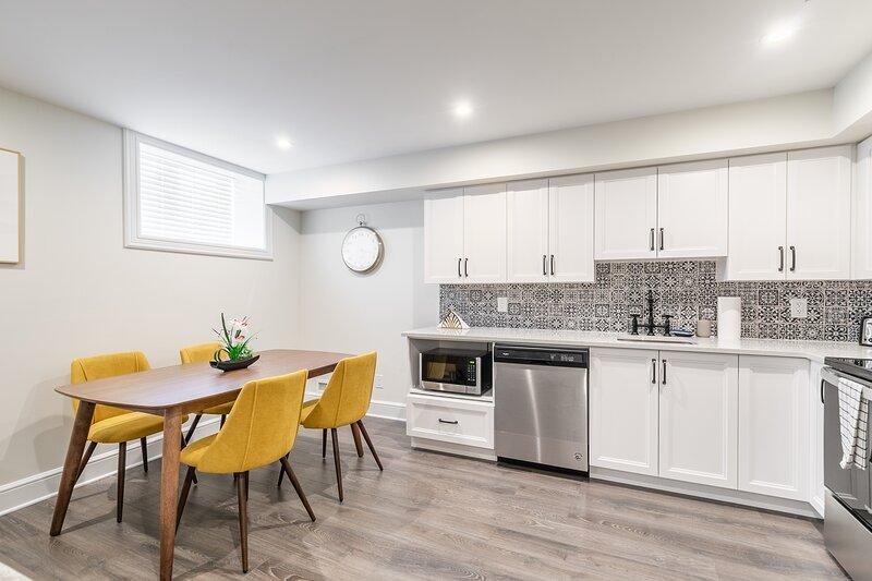 Simply Comfort. Rideau Black&White Apartment Basement.Free parking, vakantiewoning in Lanark