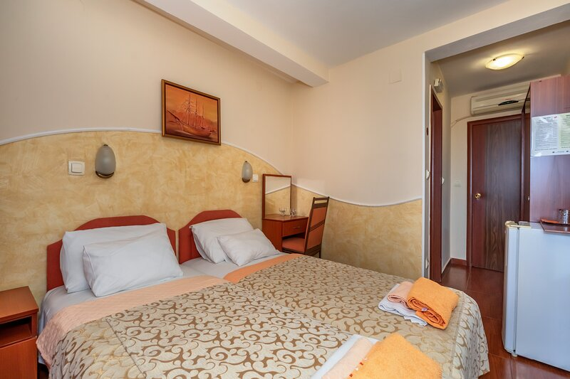 Apartments Pod Lozom with Seaview - Double room 1, alquiler vacacional en Petrovac
