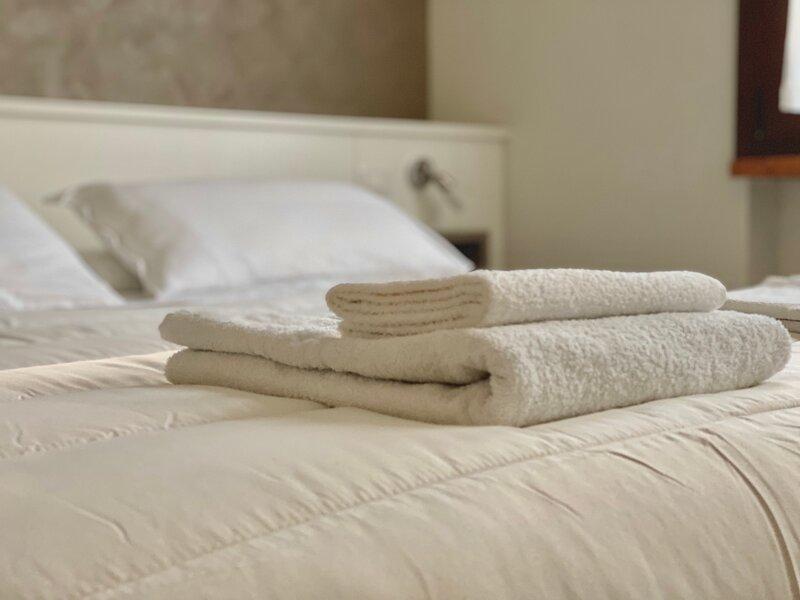 Grazioso appartamento bilocale dotato di tutti i comfort, a soli 250 m dal lago, holiday rental in Sirmione