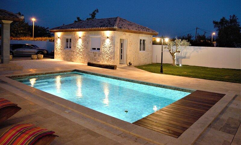 magnifique Loft de 350 m2 avec piscine et pool-house, aluguéis de temporada em Codognan