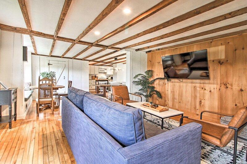 NEW! Renovated Farmhouse < 1 Mi to Okemo Mountain!, location de vacances à Belmont