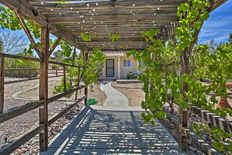 NEW! Yucca Valley Studio w/ Prvt Yard & Fire Pit!, holiday rental in Yucca Valley