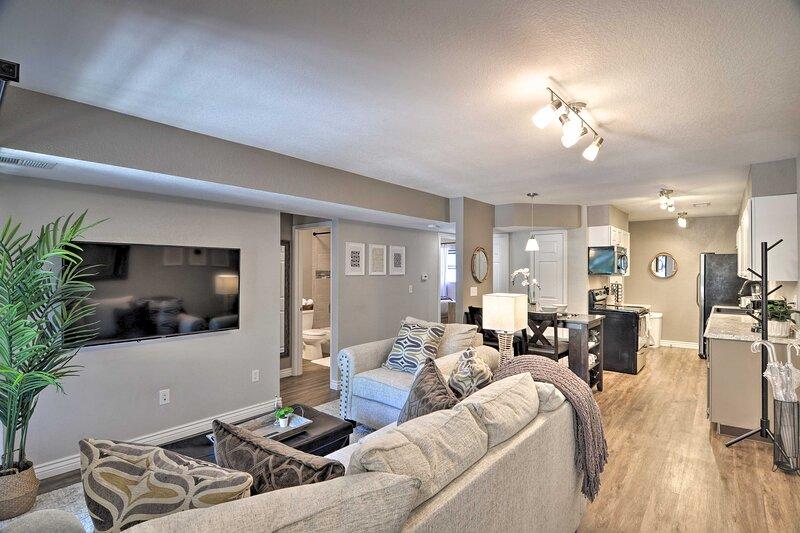 NEW! Central Longmont Condo by Main St & Creeks!, alquiler de vacaciones en Berthoud