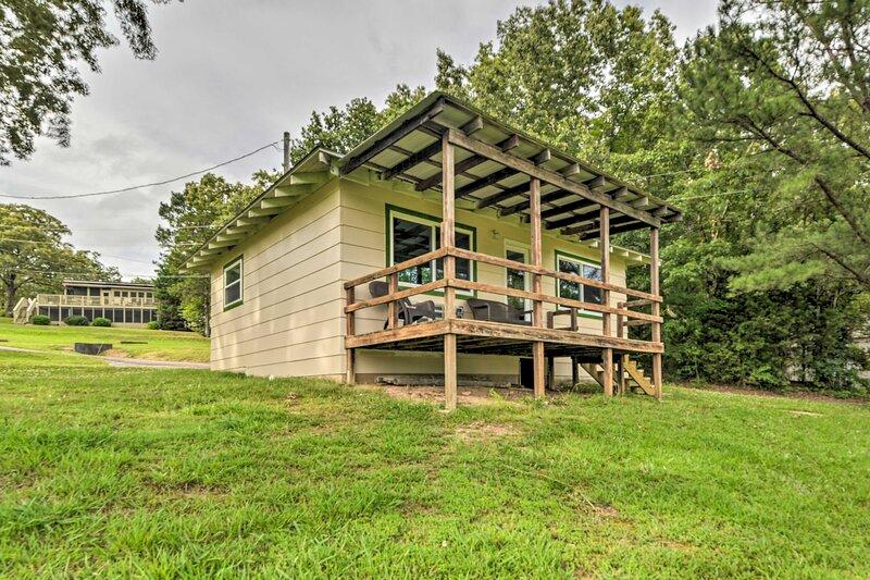 NEW! Pet-Friendly Kentucky Lake Cabin w/ Lake View, location de vacances à Stewart