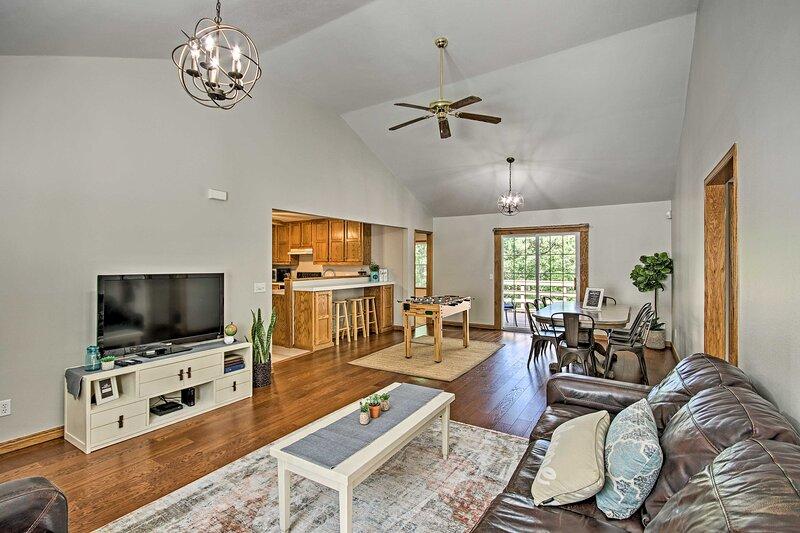 NEW! Spacious Rogers House w/ Beaver Lake Access!, aluguéis de temporada em Lowell