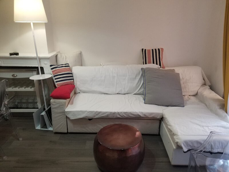 Unique 1 Bedroom Traboule Apartment in Vieux Lyon, vacation rental in Ecully
