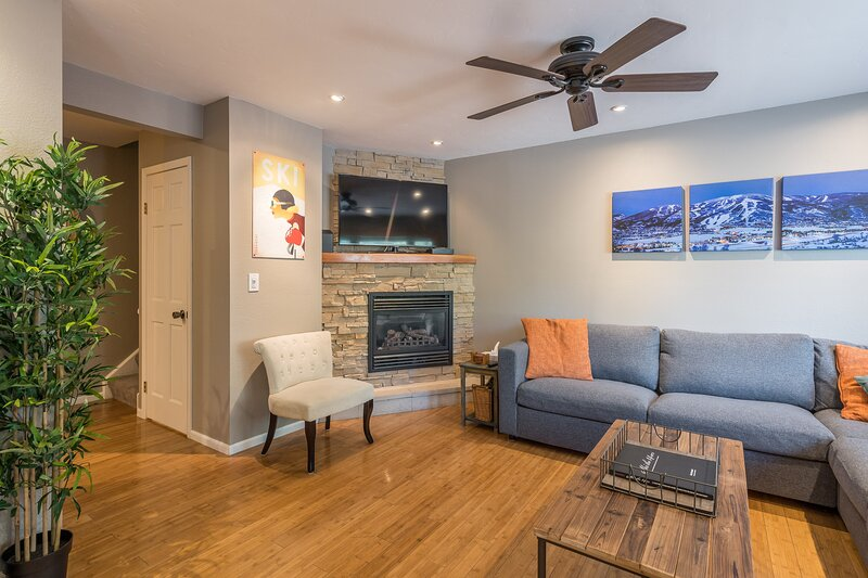 Relax in Steamboat at this Cozy Condo! Close to the Slopes! On Free Shuttle, vacation rental in Oak Creek