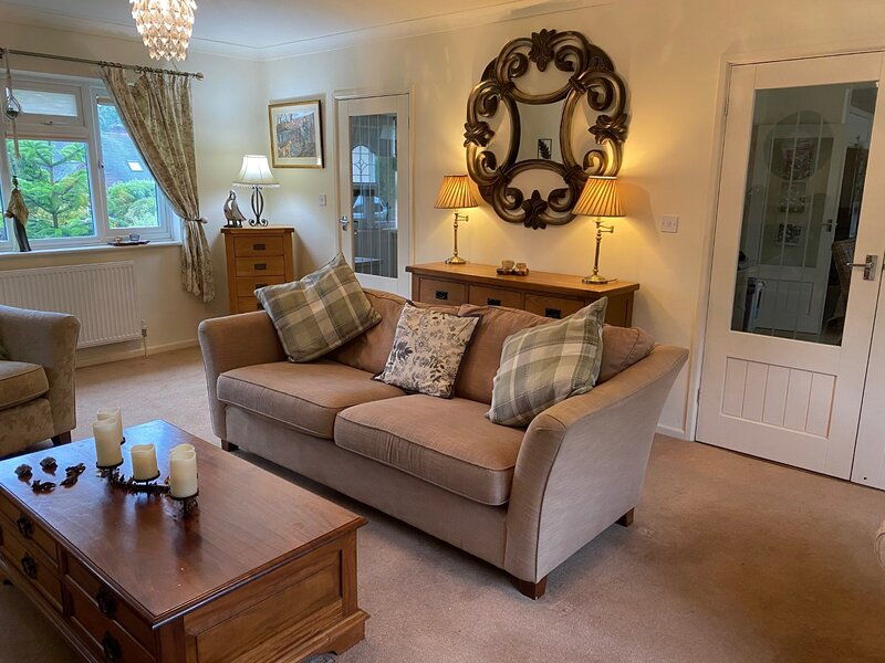 Beautifully presented detached chalet bungalow, sleeps 6, off road parking, holiday rental in Linch