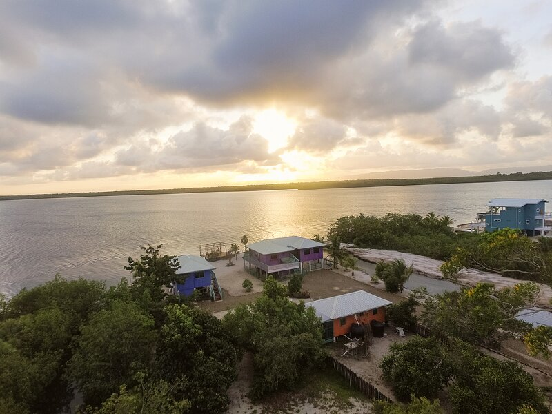 Waterfront property with amazing sunsets!, vakantiewoning in Placencia