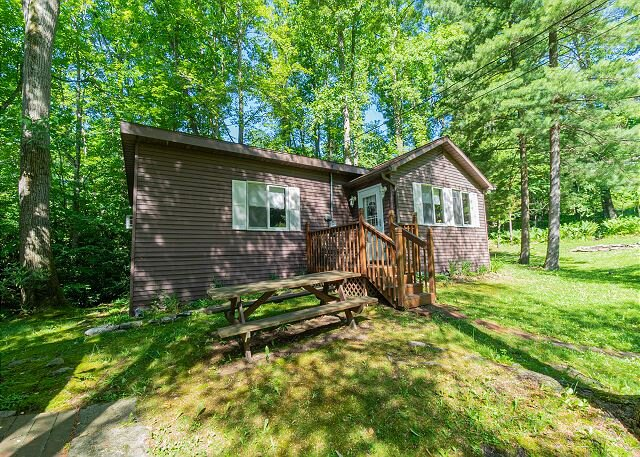 Getaway to Lewis' Cottage - Quaint, Cozy, and Nestled in the Trees, holiday rental in Farmington