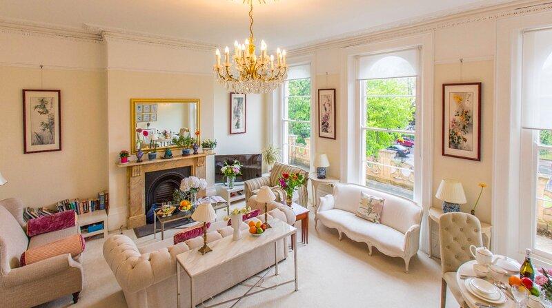 Luxury apartment in Montpellier area of Cheltenham, allocate parking at front, vacation rental in Birdlip