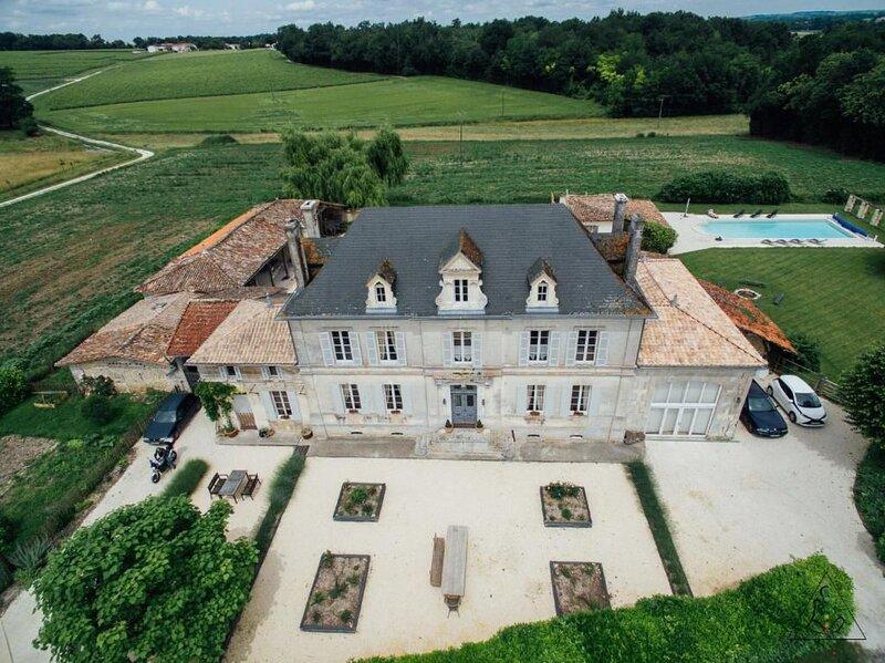 Big villa with swimming-pool & Wifi, holiday rental in Baignes-Sainte-Radegonde