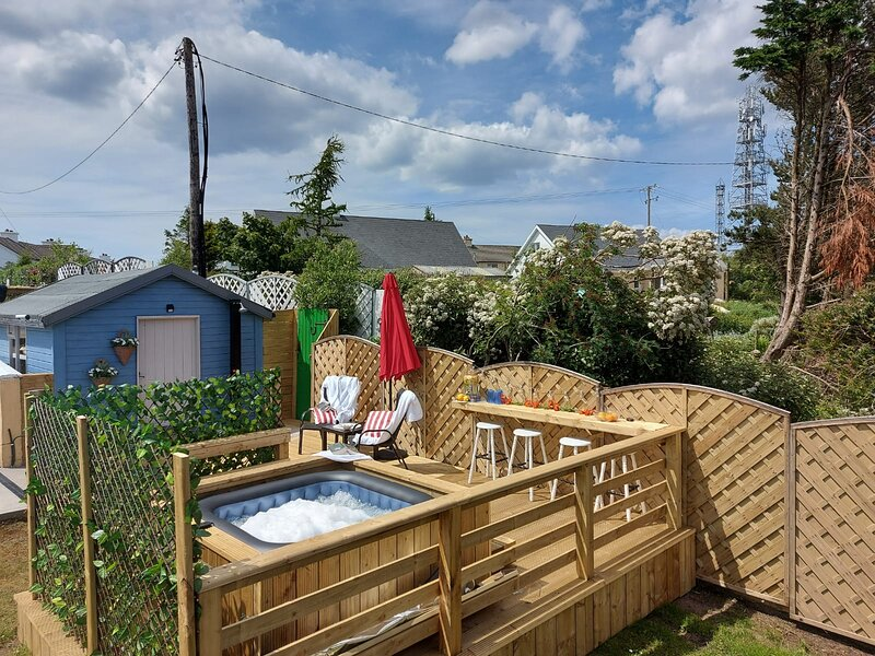 Studio Suite with separate kitchen and private Terrace/ NEW! SAUNA & HOT TUB, vacation rental in Kincasslagh
