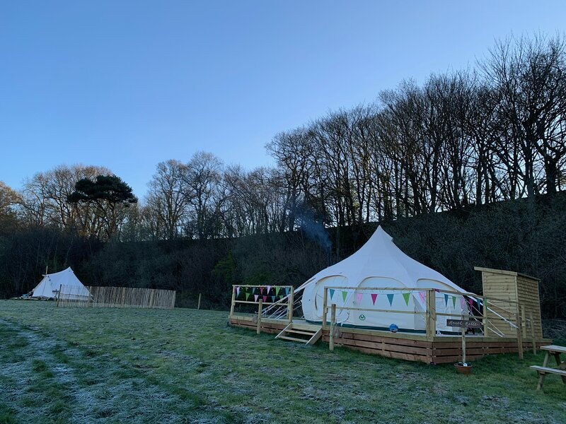 Lovely spacious lotus bell tent in Shaftesbury, UK, holiday rental in Fontmell Magna