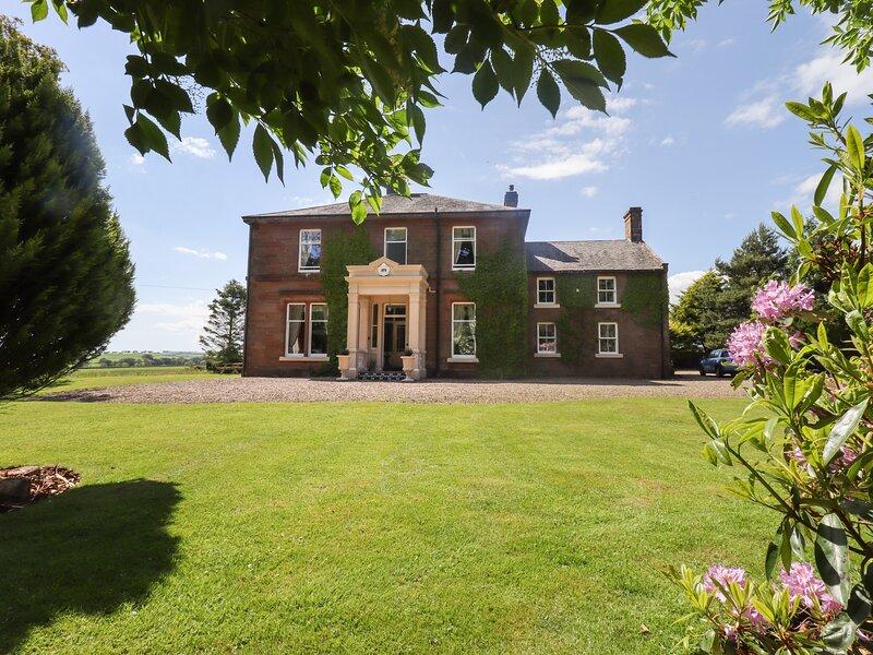 BERRYBURN, regal décor, en-suites, beautiful gardens, holiday rental in Lockerbie