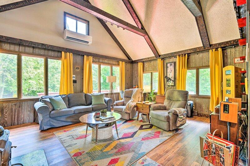 NEW! Vibrant Putney Cabin w/ Fire Pit: Hike & Ski!, casa vacanza a Chester