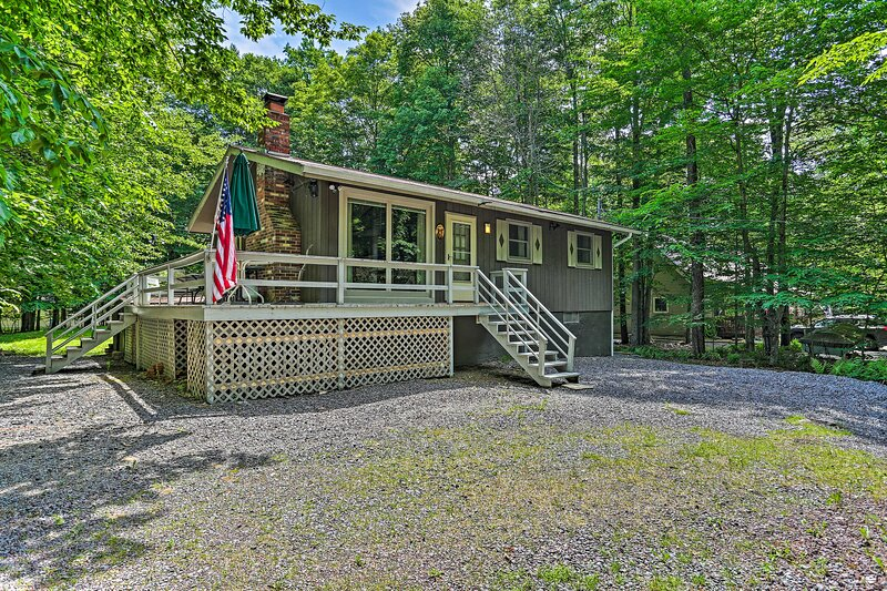 NEW! Home w/ Fire Pit in Big Bass Lake Community!, holiday rental in Gouldsboro