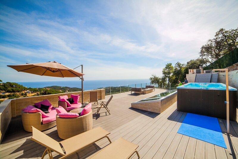 VILLA DYPSIS - Stunning Modern Villa with Great Views, alquiler de vacaciones en Lloret de Mar