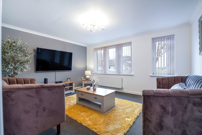 Spacious and Comfy 4bed with BT Sports on 65' TV, holiday rental in Ramsey