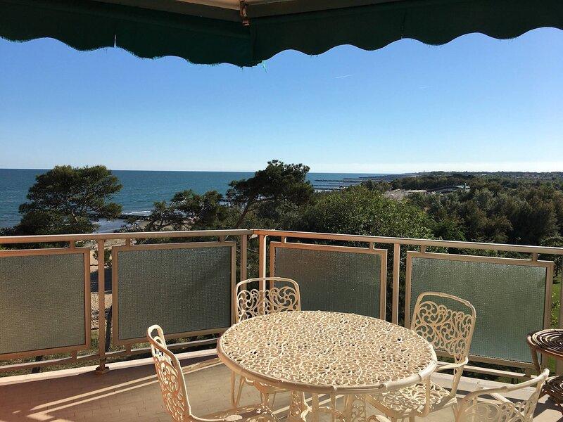 Beachfront Apartment With Sea View, location de vacances à Porto Santa Margherita