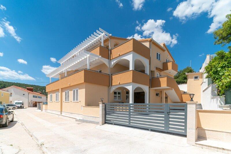 Lux 1 - with pool: A1(4) - Marina, casa vacanza a Marina