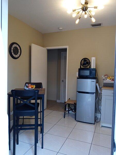 Small Apartment Unit /Malls/Beaches/I-95&7th ave zone, location de vacances à Miami Lakes