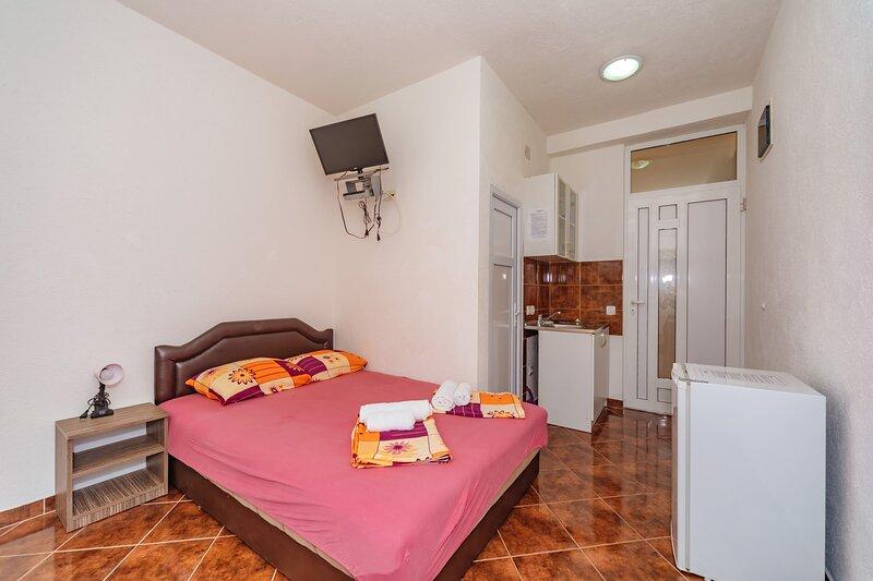 Vila Smilja with Pool - Twin Room, vacation rental in Sutomore
