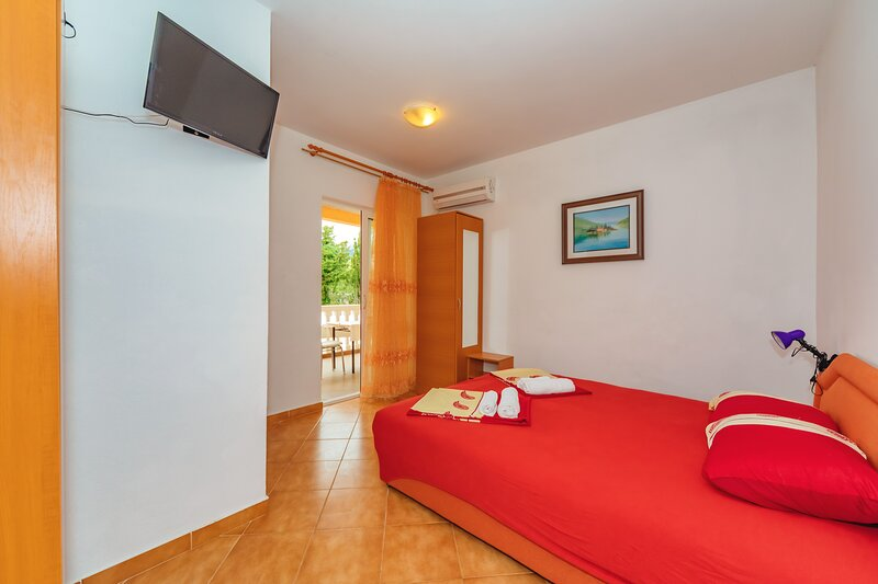 Vila Smilja with Pool - Apartment with Balcony, vacation rental in Sutomore