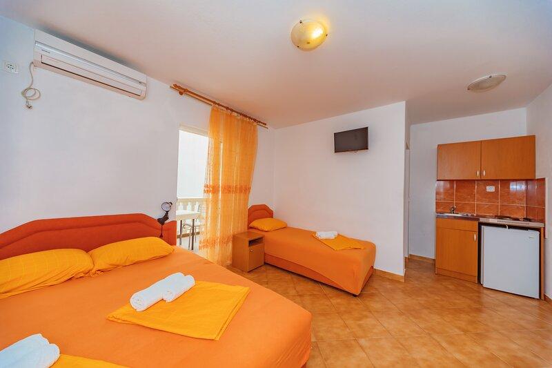 Vila Smilja with Pool - Apartment, vacation rental in Sutomore