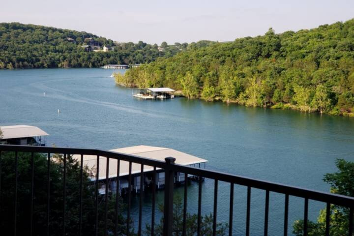 Lakefront Gem Nestled In The Trees With Endless Sunrises Over the Hills. Table R, holiday rental in Kimberling City