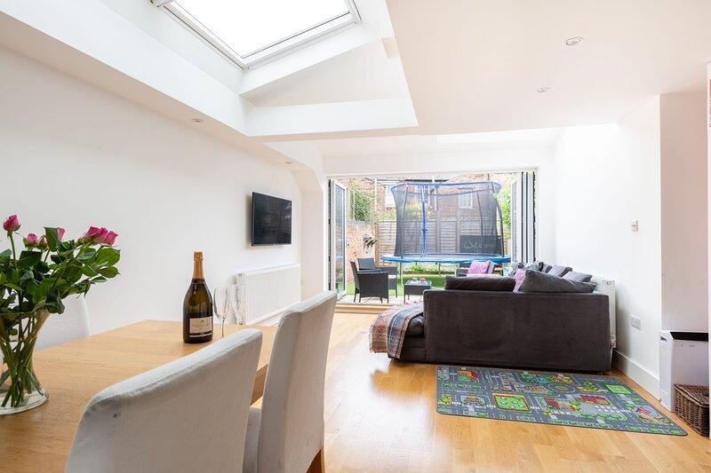 The Jericho Retreat - Bright & Spacious 4BDR Home with Garden, casa vacanza a Botley
