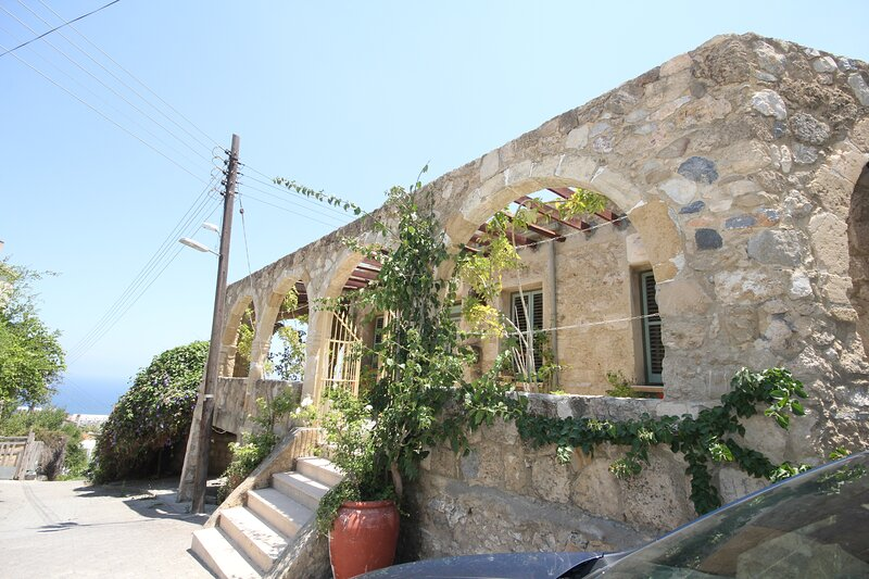 The Old Stone House, holiday rental in Lapta