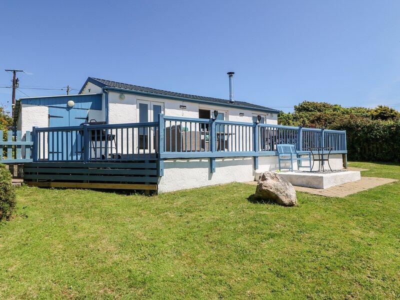 HARBOUR LIGHTS, detached, ground floor cottage, 5 mins walk from beach, vacation rental in Llanfaethlu