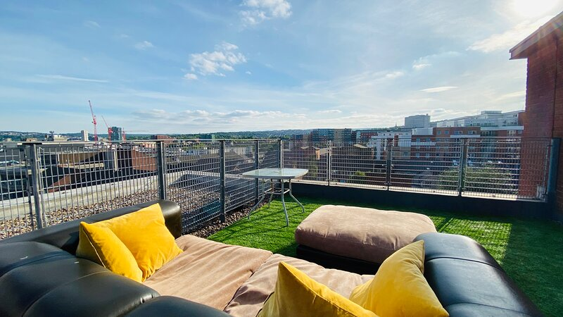 City Penthouse Nr Uni+Townhall w/Fast WIFI For Biz+Leisue, vacation rental in Sheffield