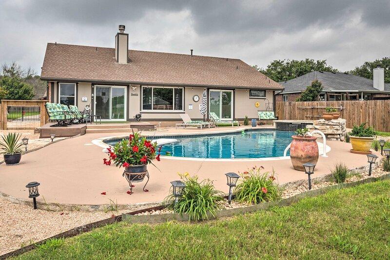 NEW! Modern Home w/ Private Yard: 30 Mi to Austin, casa vacanza a Hutto